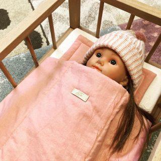 Nagyon szeretem az ajándékozás örömét, szeretem látni a csillogói szemeit a kislányunknak amikor kicsomagolja a meglepetéseit.  A Jézuska csupa csajos dolgokat hozott Lottinak, hisz egy ideje minden a babázás körül forog, így Sári babának mostmár van ágyikója is. A szerepjátékok köre ezáltal bővült, mese olvasás után mindenki a saját ágyában alszik, a saját ágyneműjében.   #jézuska #ajándék #öröm #csillogószempár #alvás #ágy #ágynemű #ágyneműszett #babajáték #játékbaba #baba #gyerekjáték #gyerekkelazélet #gyerekszoba #mályva #loté #tisztaszívvel #instahun #instahungary #instakozosseg