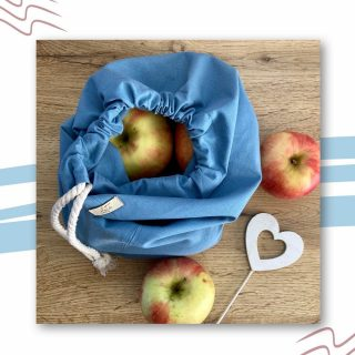 """Láttam a napokban egy fehér konyhát natúr fa pulttal, kék kiegészítőkkel. Csodásan mutatott. Ezért eljátszottam a gondolattal és gyümölcsös """"tálat"""" alkottam az égszínkék vászonzsákunkból.  Neked milyen színek dominálnak a konyhádban? El tudod képzelni a konyhában a kéket?  @lote.hu   #vászonzsák #égszínkék #kiegészítő #konyha #pamutvászon #hazai #vegyélhazait #kisvállalkozás #magyarig #mutimitcsinálsz #magyarvállalkozás #magyar #gyümölcs #természetes #zerowaste #oekotexstandard #magyarinsta #mik_gasztro #instadaily #momlife #cottontextiles #hungariandesign"""